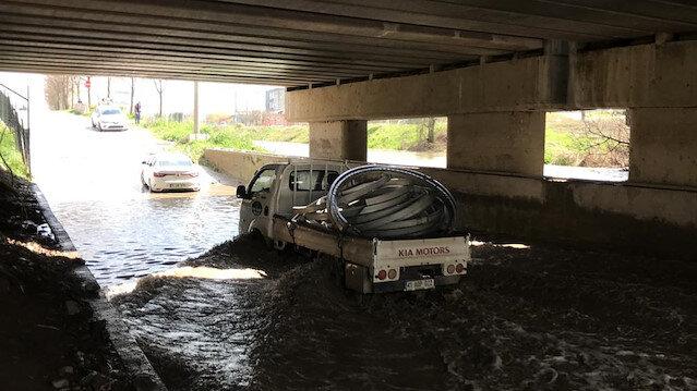 Baraj kapakları açılınca dere taştı, alt geçidi su bastı