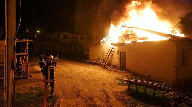 Tokat'ta ahşap ev alev alev yandı: Düğün hazırlığındaki genç kızın çeyizi küle döndü