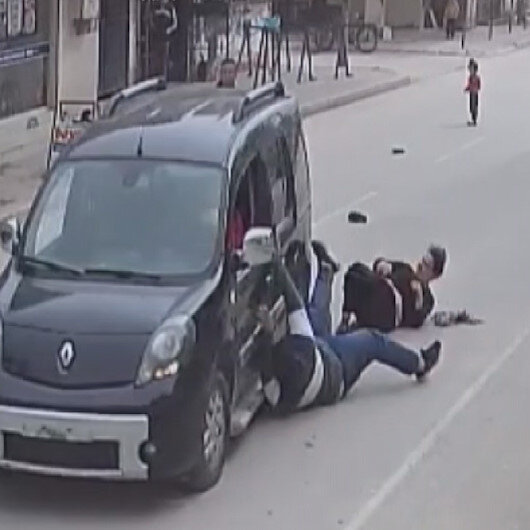 Adanada kapkaççı telefonunu çaldığı kişiyi ve abisini metrelerce sürükledi