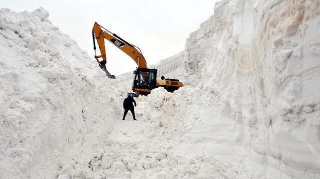 Muş'ta nisan ayında 20 metreyi bulan karlı yollar 7 günde açılabildi