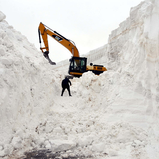Muşta nisan ayında 20 metreyi bulan karlı yollar 7 günde açılabildi
