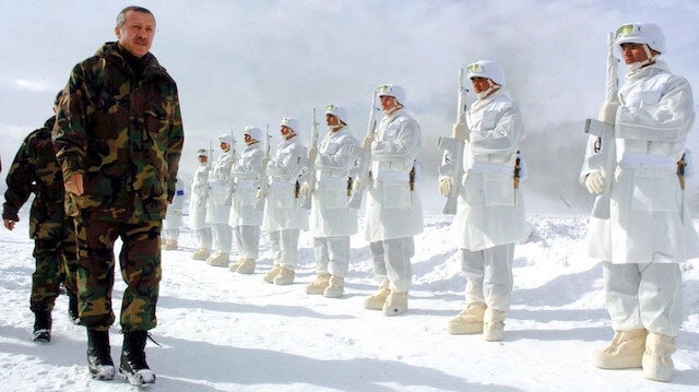 AK Parti Cumhurbaşkanı Erdoğan'ın 2006 kış tatbikatındaki görüntülerini paylaştı