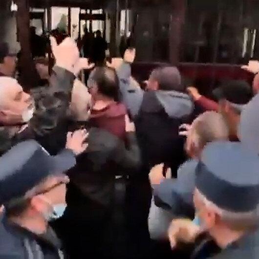 Karabağda öldürülen askerlerin yakınları Ermenistan Savunma Bakanlığını bastı