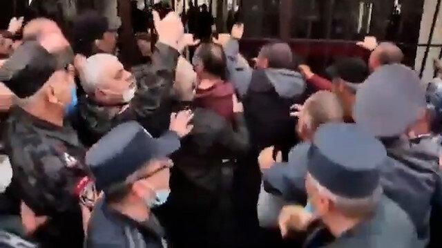 Karabağ'da öldürülen askerlerin yakınları Ermenistan Savunma Bakanlığı'nı bastı