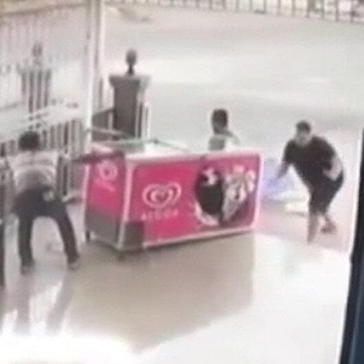 Antalya'da rüzgar dondurma dolabını böyle sürükledi