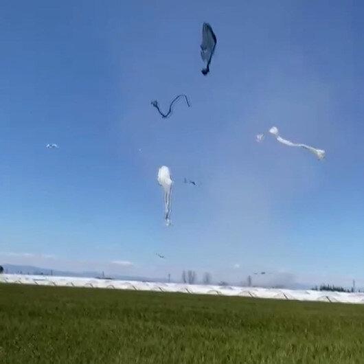 Antalya'da şiddetli rüzgar çilek seralarının örtülerini uçurdu