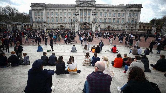 İngiliz halkı yasa boğuldu: Prens Philip için Buckhingham Sarayı'nın önünde toplandı