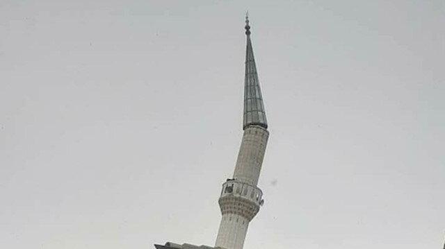 Karaman'da şiddetli fırtına minare külahını yıktı