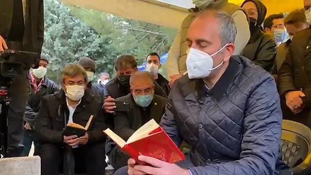 Adalet Bakanı Abdulhamit Gül, annesinin kabri başında Yasin-i Şerif okudu