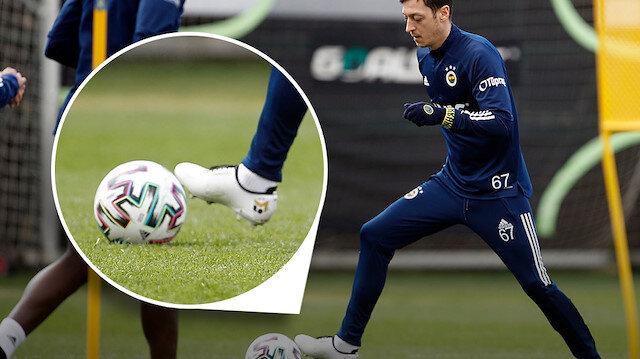 Mesut Özil özel kramponlarıyla sahalara döndü