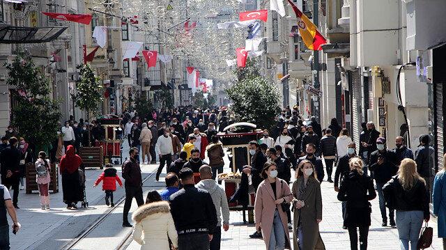 İstanbul turistlere kaldı: Güzel havanın tadını İstiklal Caddesi ve Beşiktaş'ta çıkardılar