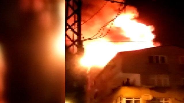Esenler'de binanın çatısı alev alev yandı, mahalleli sokağa döküldü