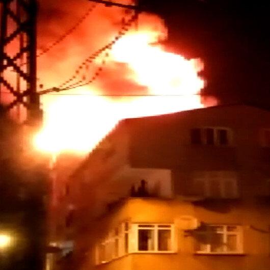 Esenlerde binanın çatısı alev alev yandı, mahalleli sokağa döküldü