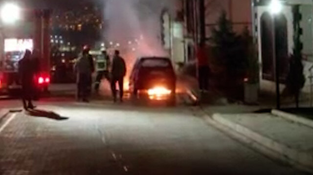 Kocaeli'deki park halindeki otomobil alev alev yandı