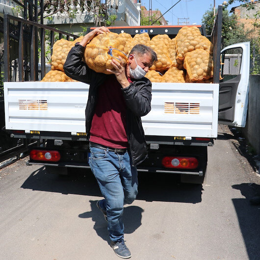 Adana'da ihtiyaç sahiplerine patatesler dağıtılmaya başlandı