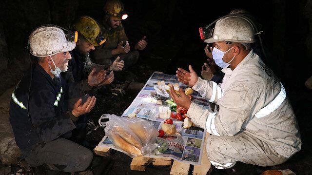 Kömür kentinin maden işçileri ilk sahurlarını yerin metrelerce altında yaptı