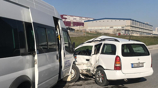 Esenyurt'ta işçi servisiyle hafif ticari araç çarpıştı: 8 yaralı