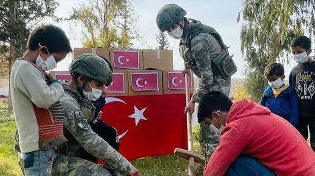 Kahraman Mehmetçik Suriye'de insani yardıma devam ediyor