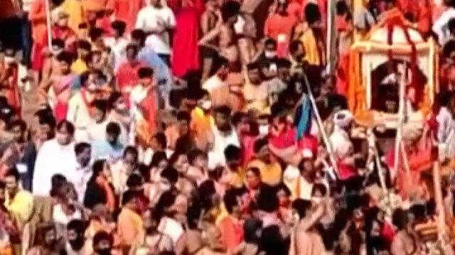 Hindistan'da salgın rekoruna rağmen yüz binlerce insan dini bayram için Ganj Nehri'ne akın ediyor