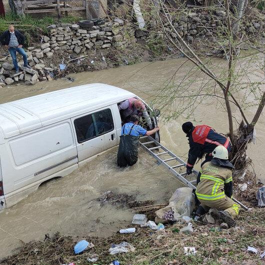 Minibüsüyle dereye uçan sürücü böyle kurtarıldı