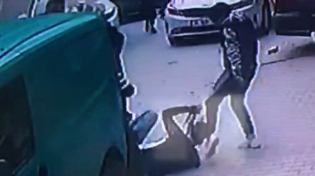 Çarpıştığı kamyonet sürücüsüne 'ne acelen var?' diyerek tekme tokat saldırdılar