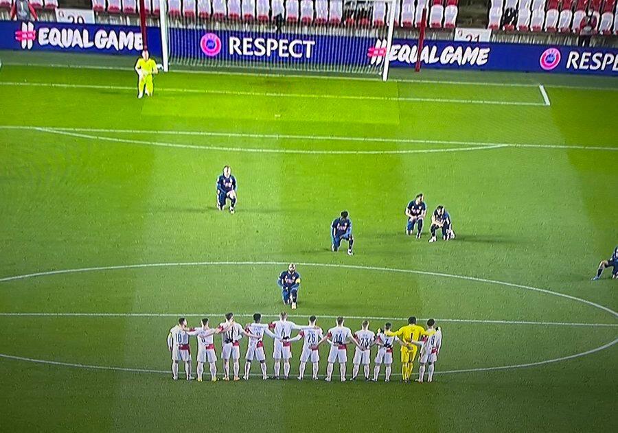 Arsenal kaptanı Lacazette, nBlack Lives Matter hareketine katılmayan Slavia Prag oyuncularına bakıyor.