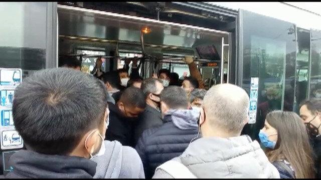 İstanbul'da dolu tramvaya binme kavgası: Ne maske var ne de mesafe