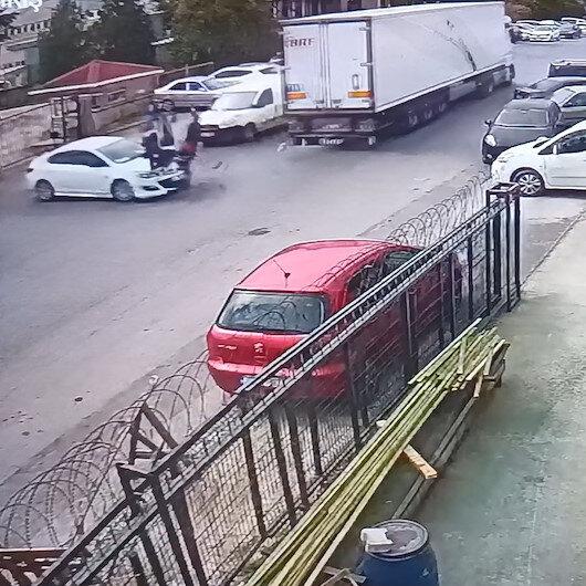 Esenyurtta otomobile çarpan motosikletliler metrelerce ileri fırladı