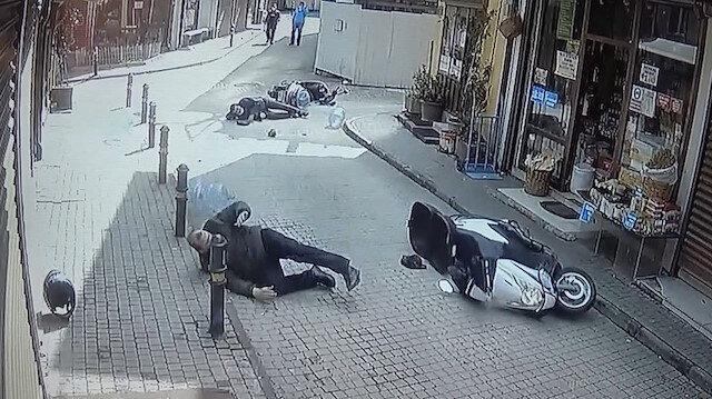 İki kurye kafa kafaya çarpıştı: Sürücülerden biri yerde kıvranan diğer sürücüyü bırakıp kaçtı
