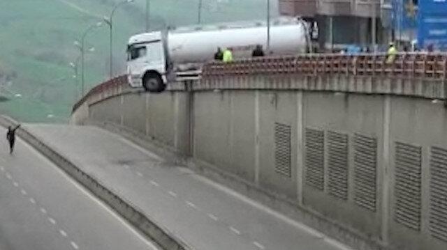 Samsun'da el freni çekilmeyen tanker geçidin üzerinde asılı kaldı
