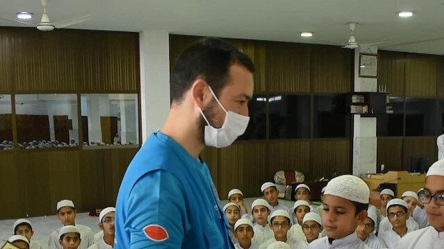 Türkiye Diyanet Vakfı, hayırseverlerin hediyesi Kur'an'ları Pakistan'daki öğrencilere ulaştırdı