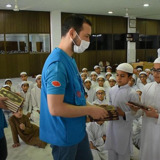 Türkiye Diyanet Vakfı, hayırseverlerin hediyesi Kuranları Pakistandaki öğrencilere ulaştırdı