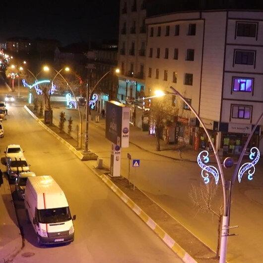 Ağrıda sokağa çıkma kısıtlamasının başlamasıyla cadde ve sokaklar boş kaldı
