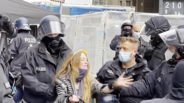Almanya'nın başkenti Berlin'de toplanan göstericiler Kovid-19 tedbirlerini protesto etti