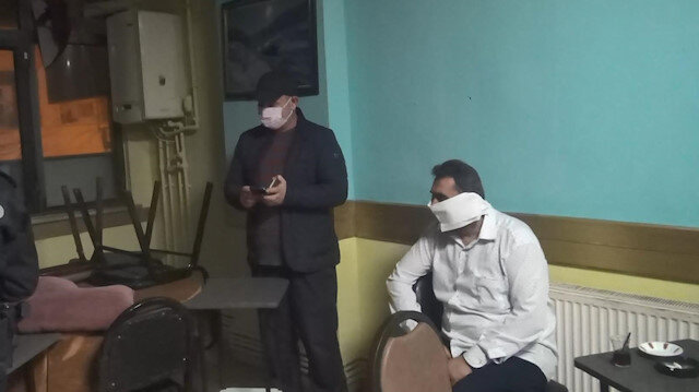 Kahvehanede polis baskınını gören bir kişi tuvalet kağıdından maske yaptı