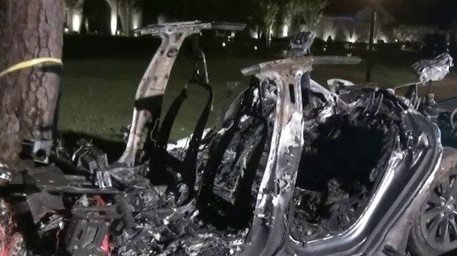 ABD'de sürücüsüz Tesla aracı kaza yaptı: Piller patlayınca alev alev yanan araçta 2 kişi öldü