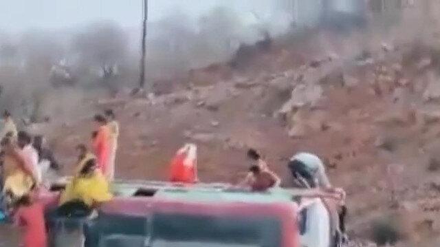 Hindistan'ın başkenti Yeni Delhi'de işçileri taşıyan otobüs devrildi: 2 ölü