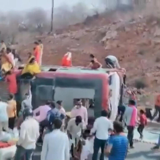 Hindistanın başkenti Yeni Delhide işçileri taşıyan otobüs devrildi: 2 ölü