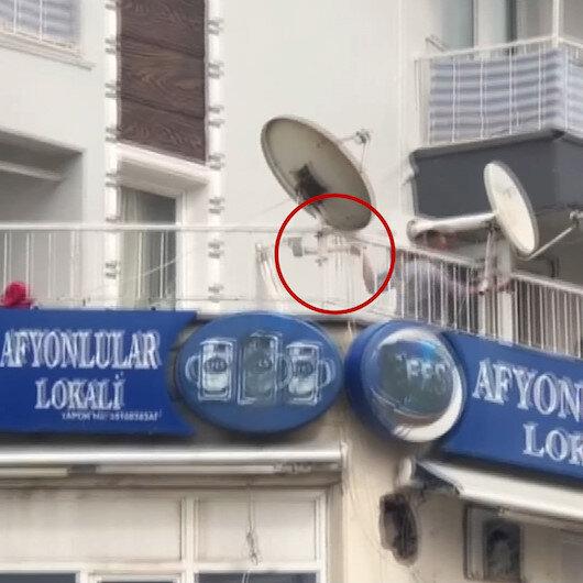 İzmirde alkollü şahıs tartıştığı esnafa balkondan balta fırlattı