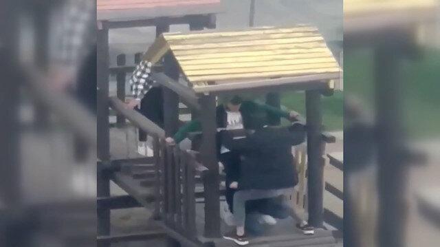 Çocuk parkındaki aletleri uzun uğraş sonucu yerinden söken 5 genç kamerada
