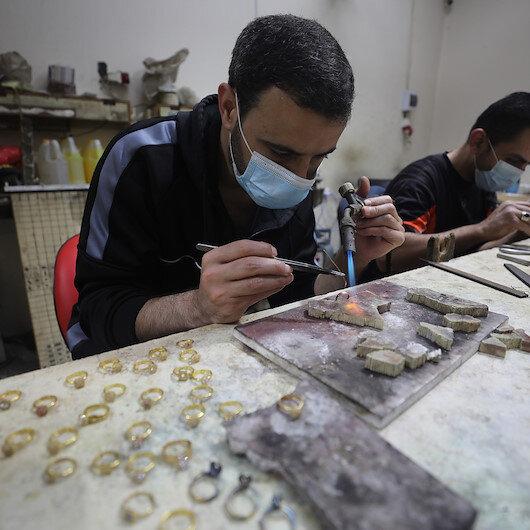 """""""كورونا"""" يضرب مبيعات الذهب بغزة.. ويُنعش """"تصنيعه"""""""