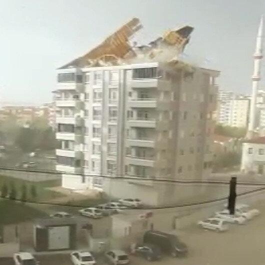 Gaziantepte fırtınanın uçurduğu çatı çocukların oynadığı alana düştü: O anlar kamerada