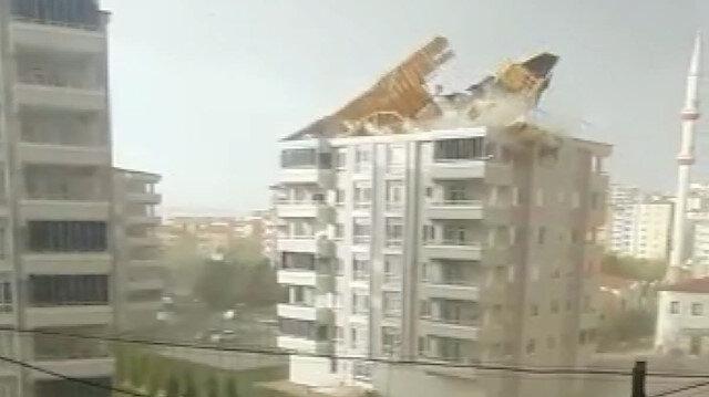 Gaziantep'te fırtınanın uçurduğu çatı çocukların oynadığı alana düştü: O anlar kamerada