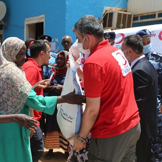 السودان.. الهلال الأحمر التركي يوزع طرودا رمضانية