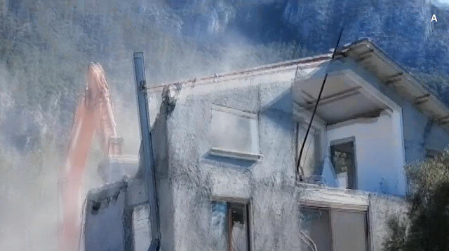 Muğla Akbük Koyu'nda kaçak yapıların yıkımına devam edildi