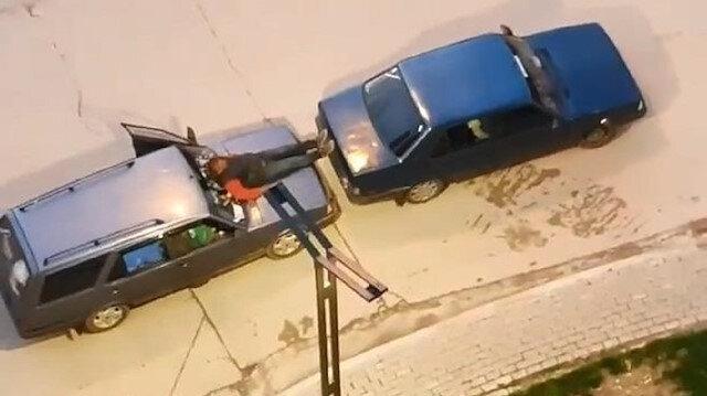 Yolda kalan otomobile 'Türk işi' çözüm: Kaputa oturup ayağıyla öndeki aracı itti