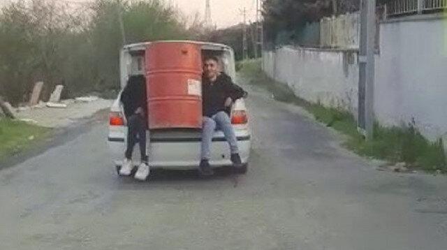 Arnavutköy'de pes dedirten görüntü: Varil taşımak için 2 çocuğun hayatını hiçe saydı