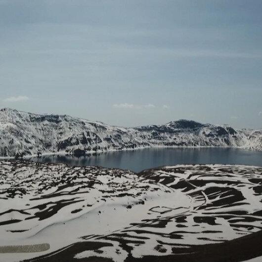 Beyaza bürünen Nemrut Krater Gölünün görüntüleri mest etti