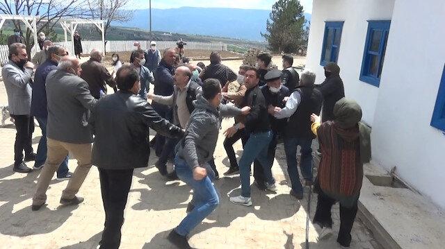 Karabük'te mezarlara hafriyat döküldüğü iddiası ortalığı karıştırdı: Köylüler ile muhtar ve yakınları birbirine girdi