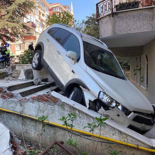 Bakırköyde cipin binanın bahçesine düştüğü anlar güvenlik kamerasında